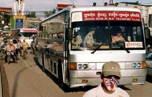 Xe bus chở những người Thượng từ Việt Nam trốn sang Campuchia vào trại tỵ nạn năm 2006 ( Ảnh minh họa). AFP