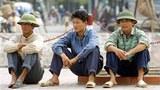 Những người thất nghiệp ngồi các góc đường