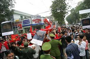 Giới trẻ biểu tình phản đối Trung Quốc ở Việt Nam. Photo courtesy of giaophanvinh.