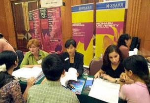 Các sinh viên đang tìm hiểu thông tin đi du học ở Úc tại Hà Nội