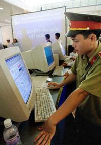 Tăng cường kiểm soát các cửa hàng Internet hoạt động trong nước. AFP Photo/Hoang Dinh Nam
