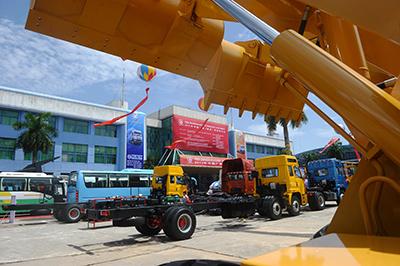 Xe công nghiệp bao gồm xe buýt, xe tải và xe ủi đất ở Hà Nội vào ngày 12 tháng 6 năm 2013 trong một cuộc triển lãm thương mại bốn ngày đối với các sản phẩm xuất xứ các tỉnh phía nam Trung Quốc của tỉnh Quảng Tây.