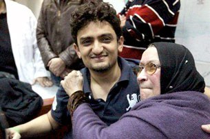 """Anh Wael Ghonim, người được coi như đã phần nào kích động cuộc """"cách mạng điện tử"""" qua hệ thống internet và bà mẹ. AFP"""