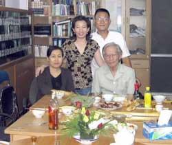 Hàng đứng:  Cô Tạ Phong Tần và Blogger Anhbasg. Hàng ngồi: Chị Dương Thị Tân và bác Gs Trần Khuê. Photo courtesy of Vietnamexodus.