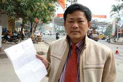 Luật sư Trần Đình Triển cầm lá đơn kêu cứu của bị cáo Nguyễn Thị Thanh Thúy gửi cho ông hôm 20-01-2010. Photo courtesy of Vietnamnet.vn