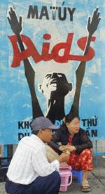 Biểu ngữ phòng chống bệnh AIDS được treo nhiều nơi trong thành phố.AFP photo