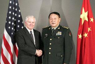 Hai vị bộ trưởng quốc phòng ông Robert Gates, Hoa Kỳ và Tướng Lương Quang Liệt của Trung Quốc gặp nhau ở Hà Nội , bên lề hội nghị Bộ Trưởng Quốc Phòng ASEAN. AFP