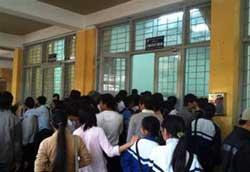 Sinh viên Đại học Bách Khoa Hà Nội đang đóng học phí. Photo courtesy of bka.vn