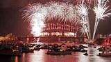 Người dân Úc đốt pháo hoa soi sáng cầu cảng Sydney để đón mừng năm mới