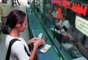 Rút tiền ngân hàng (ảnh minh họa)
