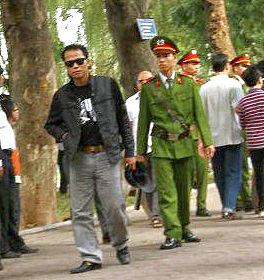 """Ngày 27 tháng 11 năm ngoái, blogger Người Buôn Gió  bị bắt với lý do """"gây rối trật tự công cộng"""" khi đang đi dạo ở Hồ Gươm."""
