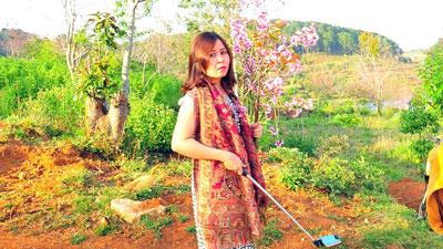 Hình ảnh bà Phạm Thị Minh Hiếu cầm nhành hoa anh đào được đăng tải trên Facebook N.A.T.