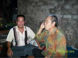 Ông Nguyễn Ngọc Quang đến thăm Ông Trương Văn Sương vừa ra tù, ảnh chụp tháng 7 năm 2010. Photo courtesy of Qtnlt-Blog.