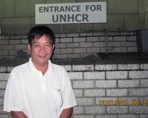 Ông Nguyễn Ngọc Quang đứng trước trụ sở UNHCR ở Thái Lan. RFA