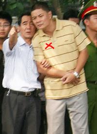 Đại úy công an tên Minh (đánh dấu đỏ), người đạp vào mặt anh Đức hôm 17/7/2011. RFA file