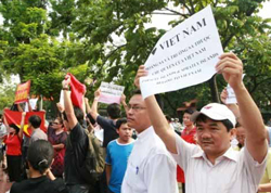 Anh Nguyễn Chí Đức (áo trắng thứ hai từ phải sang) trong cuộc biểu tình ngày 26/6/2011. Hình do anh Đức cung cấp.