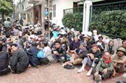 Nông dân bị mất đất canh tác thường tập trung trước trụ sở các cơ quan trung ương ở Hà Nội và Sài Gòn để khiếu kiện đòi đất.  RFA file photo