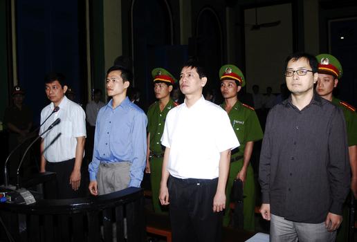 Hình minh họa. Phiên tòa xử luật sư Lê Công Định (ngoài cùng bên phải), các nhà  hoạt động Trần Huỳnh Duy Thức (ngoài cùng bên trái), Nguyễn Tiến Trung và Lê Thăng Long ở thành phố Hồ Chí Minh hôm 20/1/2010