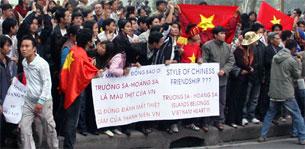 Thanh niên Sinh viên Việt Nam biểu tình trước Tòa đại sứ Trung Quốc ở Hà Nội hôm 9-12-2007, phản đối Bắc Kinh xâm chiếm Hoàng Sa, Trường Sa.