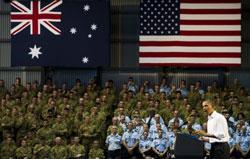 Tổng thống Mỹ Barack Obama (P) nói chuyện với quân đội Úc và Thủy Quân Lục Chiến Hoa Kỳ tại căn cứ Darwin hôm 17/11/2011. AFP