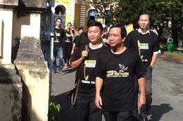 Các Bloggers rời toà án TP HCM (Courtesy Danlambao)