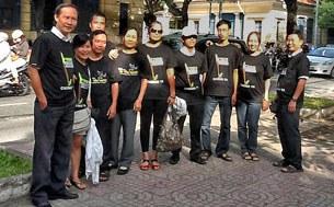 Một số Bloggers đã tập trung trước Toà án TP HCM  nêu câu hỏi tại sao hoãn xử các anh Điếu Cày, chị Tạ Phong Tần Và Anhbasaigon