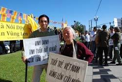 Ông Nguyễn Quốc Quân (trái) trong một lần cùng Cộng đồng Việt Nam biểu tình yểm trợ giáo xứ Thái Hà tại California. Photo courtesy of nguoiviet