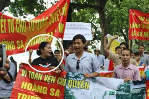 Chị Bùi Thị Minh Hằng cùng đoàn biểu tình chống Trung Quốc ở Hà Nội (tháng 8, 2011). RFA file