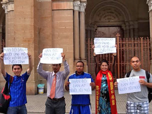 Chị Bùi Thị Minh Hằng tại khu vực Nhà Thờ Đức Bà, Sài Gòn với biểu ngữ cầm tay phản đối việc bắt giữ người biểu tình ủng hộ luật biểu tình và đeo khăn quàng Hoàng Sa- Trường Sa của Việt Nam ngày 27/11/2011.