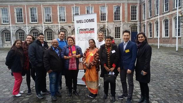 Cựu tù nhân lương tâm Đỗ Nam Trung (thứ hai từ bìa phải) tham dự Hội nghị Front Lines Defenders 2019, tại Dublin, Ireland.