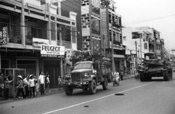 Quân giải phóng chiếm SG sau 30/4/1975 đang diễu hành trên phố. AFP photo