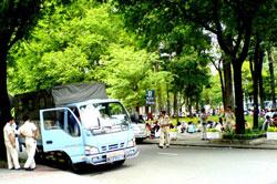 Một số bạn trẻ ngồi tại công viên đối diện Nhà Thờ Đức Bà cùng lực lượng an ninh địa phương, ảnh chụp tại TPHCM sáng 22-07-2012. Courtesy Ba Sam Blog.