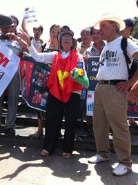 Cụ Lê Hiền Đức có mặt trong đoàn biểu tình chống Trung Quốc tại Hà Nội hôm 22-07-2012. Courtesy Basam Blog.