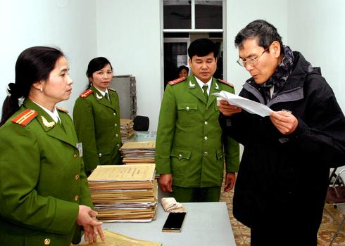 Hình minh họa. Linh mục Nguyễn Văn Lý đọc quyết định trả tự do ở nhà tù Nam Hà hôm 1/2/2005