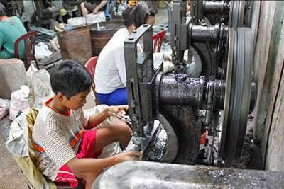 Trẻ em Việt Nam đang phải lao động trong điều kiện nặng nhọc, độc hại, nguy hiểm. (báo Tuthien.vn)