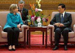 Chủ tịch Trung Quốc Hồ Cẩm Đào (phải) tiếp Ngoại trưởng Mỹ Hillary Clinton trong cuộc họp tại Đại lễ đường Nhân dân ở Bắc Kinh, hôm 25 Tháng 05 năm 2010. AFP PHOTO / POOL / Saul Loeb.