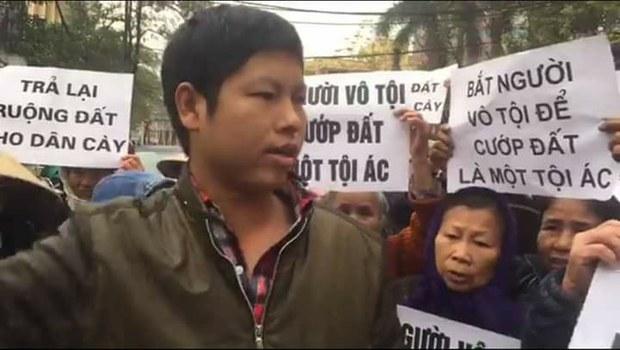 Anh Trịnh Bá Phương và bà con dân oan Dương Nội.