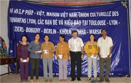 Giúp đỡ các phụ nữ ở đảo Lý Sơn. Photo Ho Cuong Quyet