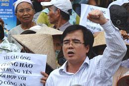 Luật sư Lê Quốc Quân tham gia biểu tình chống Trung Quốc hôm 8 tháng 7 năm 2012 tại Hà Nội.