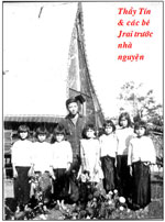 Linh mục Trần Sĩ Tín chụp với các bé Jrai trước nhà nguyện tỉnh Gia Lai năm 1969. Files photos