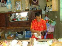 JB. Hoàng Phong đang chăm sóc các em bé tại Trung Tâm Bảo Vệ Sự Sống Gioan Phaolo II. Photo courtesy of Khát Vọng Tuổi Trẻ.
