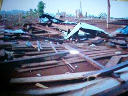 Nhà của dân M'nông bị phá sập hoàn toàn. Photo courtesy of VNR's blog.