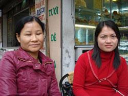 Chị Mai vợ của Thầy Giáo Vũ Hùng và chị Trang vợ của Phạm Văn Trội (phải). Photo courtesy Vietnamexodus.