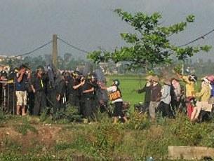 Lực lượng đông đảo cảnh sát cơ động tràn vào trấn áp số nông dân đa số là phụ nữ.