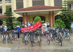 Nhiều người tập trung trước UBND huyện Vụ Bản để phản đối việc thu hồi đất.
