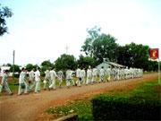 Các phạm nhân phân trại K1 thuộc trại giam Z30A sau giờ nghỉ trưa đi lao động buổi chiều. Courtesy Việt báo