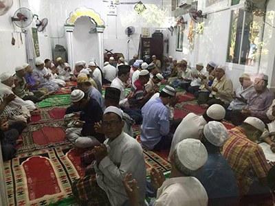Các tín đồ Hồi giáo Hòa Hưng đang cầu nguyện tại Thánh đường Niamatul Islamiyah trước khi xảy ra vụ cưỡng chế.