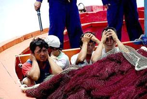 Ngư dân Việt Nam bị Trung Quốc bắt lên tàu năm 2009. Ảnh minh họa, nguồn báo TQ