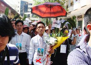 LS Huỳnh Văn Đông (giữa) ôm bó hoa do giáo dân tặng sau khi ông bào chữa cho 8 giáo dân