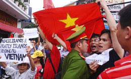 Cảnh sát ngăn cản những người biểu tình tập hợp tại Hà Nội vào tuần thứ tư liên tiếp để phản đối Trung Quốc lấn chiếm lãnh hải Việt Nam (ngày 26 tháng 6, 2011). AFP